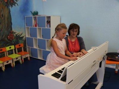 Обучение игре на фортепиано и гитаре